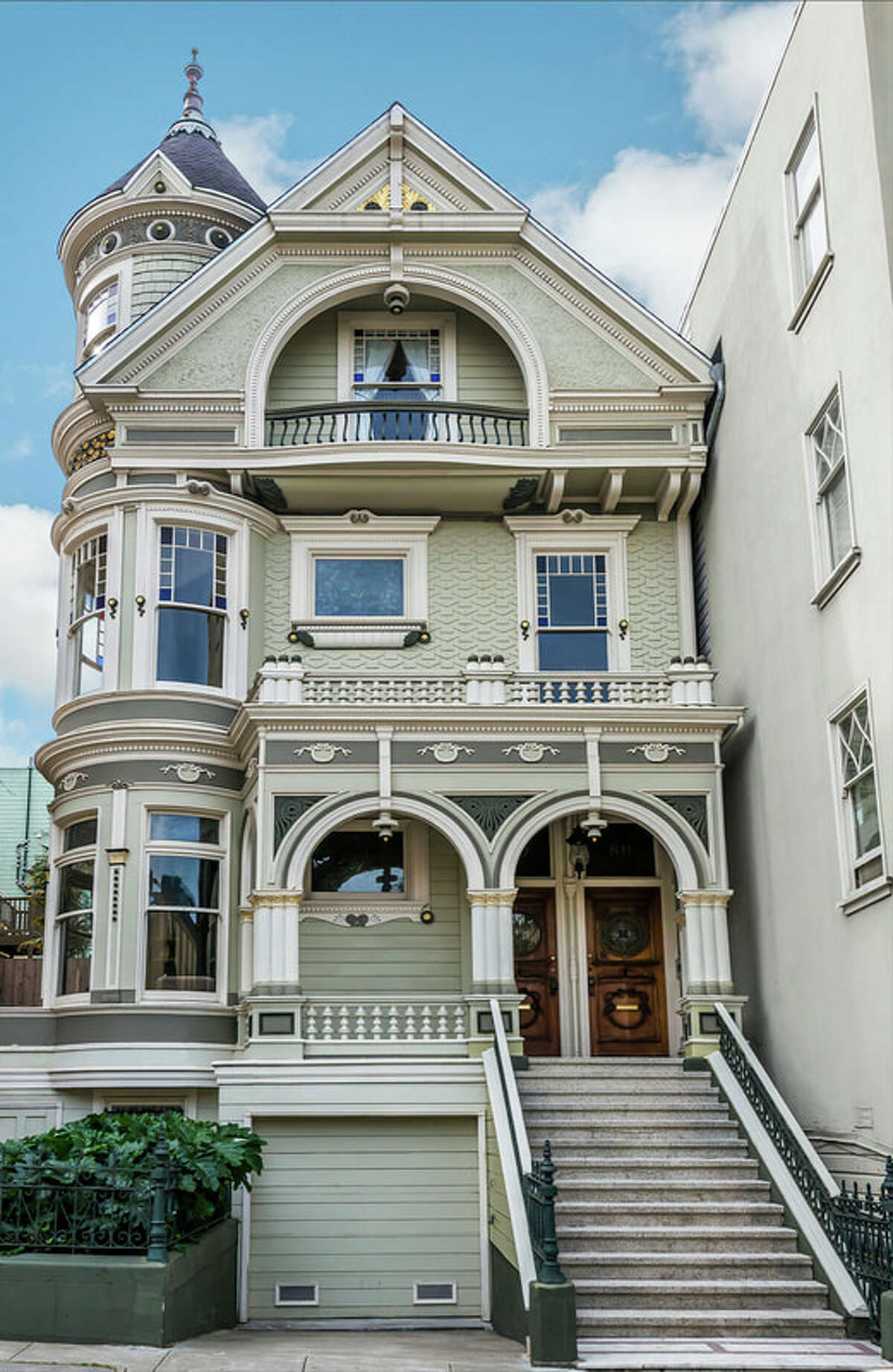 This two-level, top-floor tenancy in common in a Queen Anne at 811 Pierce St. on San Francisco's Alamo Square is elegant and light-filled.