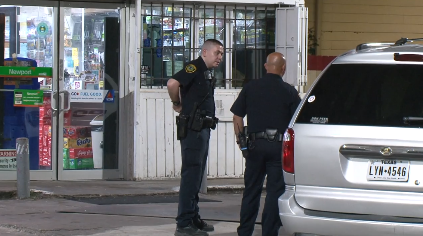 Clerk shot during robbery at south Houston gas station