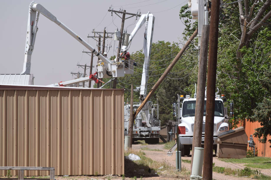 High winds knocked out a power line causing power outages to more than 1,500 Xcel Energy customers on Tuesday. Photo: Ellysa Harris/Plainview Herald