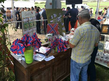 Vendors selling buttons and flags emblazoned with the Confederate flag.