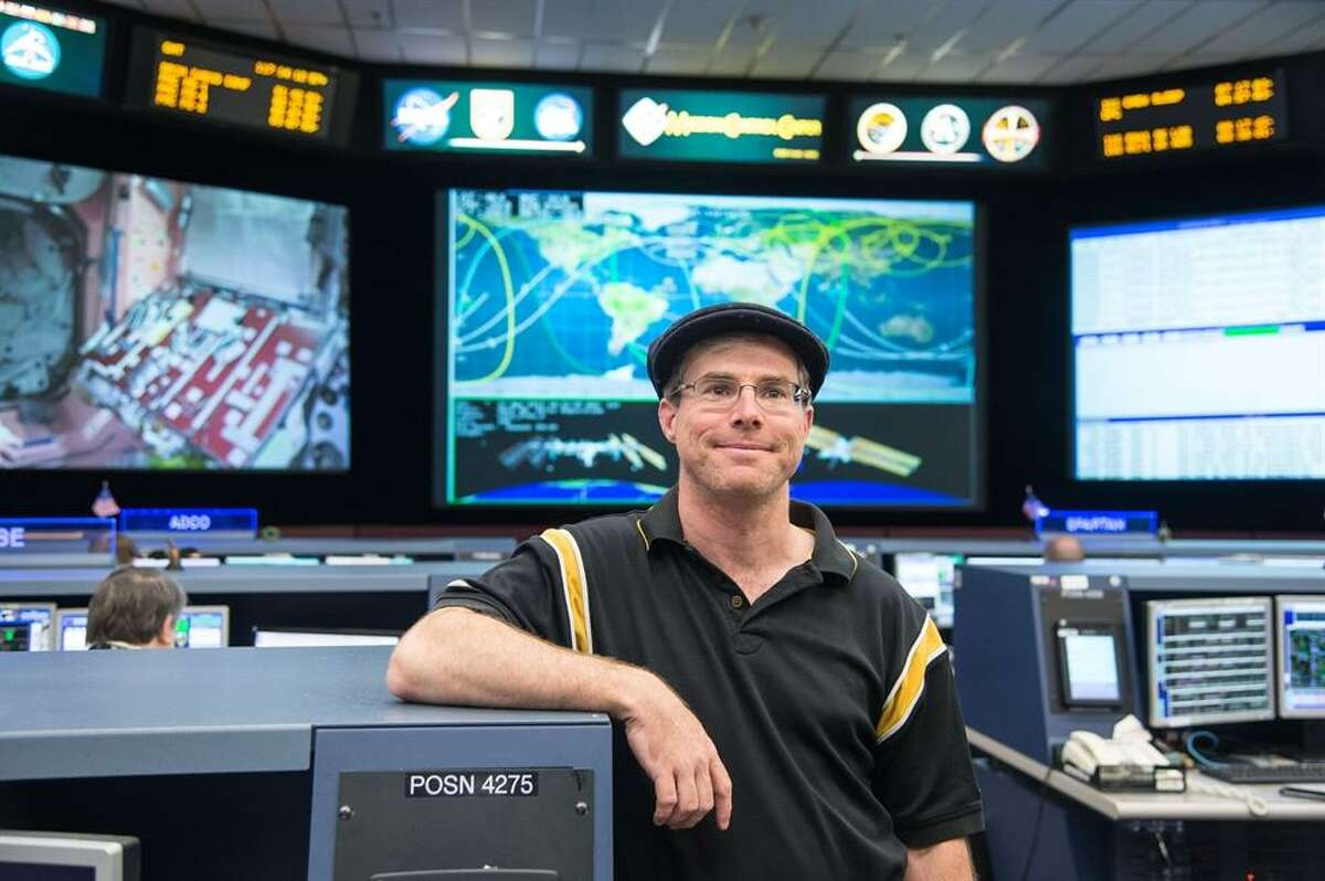 """Andy Weir hit the first-novelist jackpot with """"The Martian,"""" a genial sci-fi update of """"Robinson Crusoe"""" set on the Red Planet. He's back with """"Artemis,"""" set on the moon."""