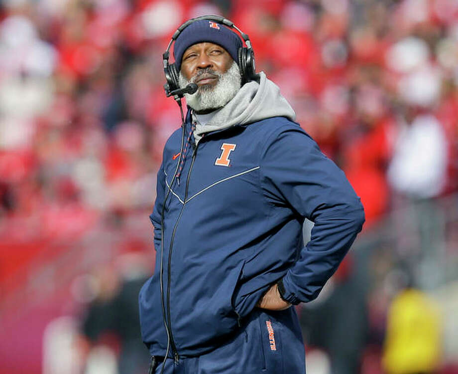 Illinois football coach Lovie Smith, as well as basketball coach Brad Underwood, is dealing with current problems related to an overflowing transfer market. Photo: AP Photo