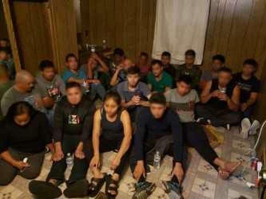Un total de 19 personas de origen mexicano, que ingresaron de forma ilegal a Estados Unidos, fueron arrestados el jueves cuando agentes de la Patrulla Fronteriza ingresaron legalmente a una casa donde se mantenían ocultos. Photo: Foto De Cortesía /Patrulla Fronteriza