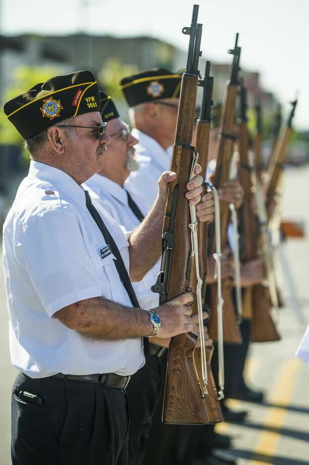 Veterans and community members gather for a presentation of wreaths at the Midland County Veterans Memorial on Monday, May 27, 2019 in Midland. (Katy Kildee/kkildee@mdn.net) Photo: (Katy Kildee/kkildee@mdn.net)