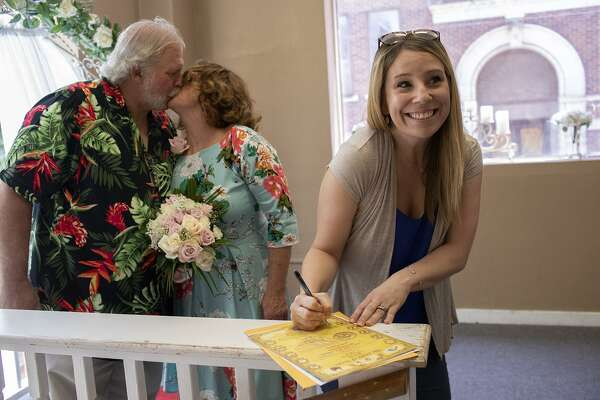 Courthouse Wedding Chapel Offers A Bit Of Vegas In S A