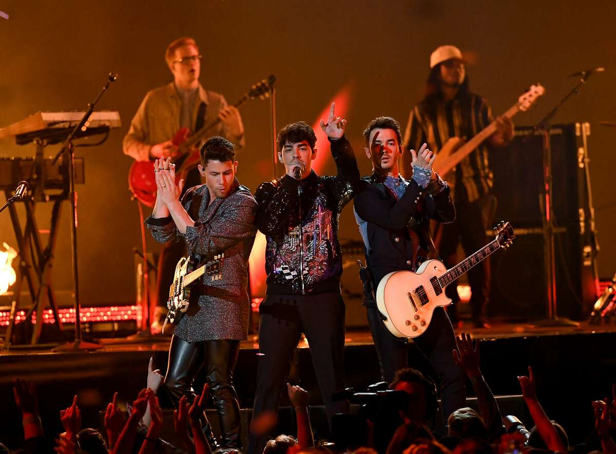 LAS VEGAS, NEVADA - MAY 01: (L-R) Nick Jonas, Joe Jonas, and Kevin Jonas of Jonas Brothers perform onstage during the 2019 Billboard Music Awards at MGM Grand Garden Arena on May 01, 2019 in Las Vegas, Nevada. (Photo by Kevin Winter/Getty Images for dcp)