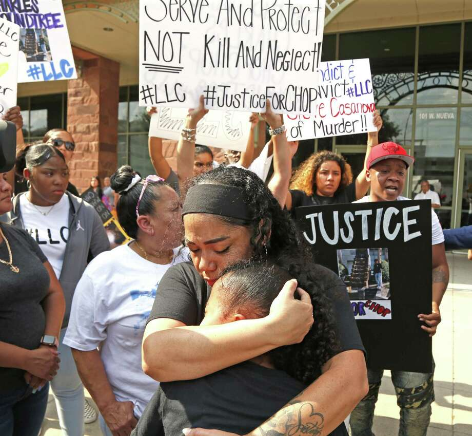 Bernice Roundtree comforts her daughter J'Kyah,8, after the news conference. Lawyer Daryl K. Washington and the family of Charles Roundtree Jr. are holding a news conference and rally today in front of the Bexar County District Attorney's officeWednesday, May 29, 2019 Photo: Ronald Cortes/Contributor / 2019 Ronald Cortes