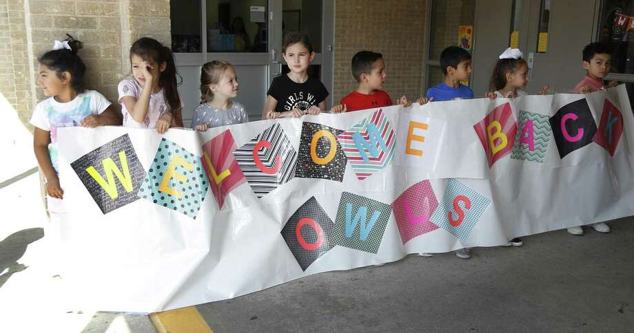Frazier Elementary School students hold a sign up for graduating seniors from Dobie High School who attended Frazier as they returned in their granduation gowns, to interact with the Frazier children, Friday, May 24, 2019. Photo: Karen Warren,  Houston Chronicle / Staff Photographer / © 2019 Houston Chronicle