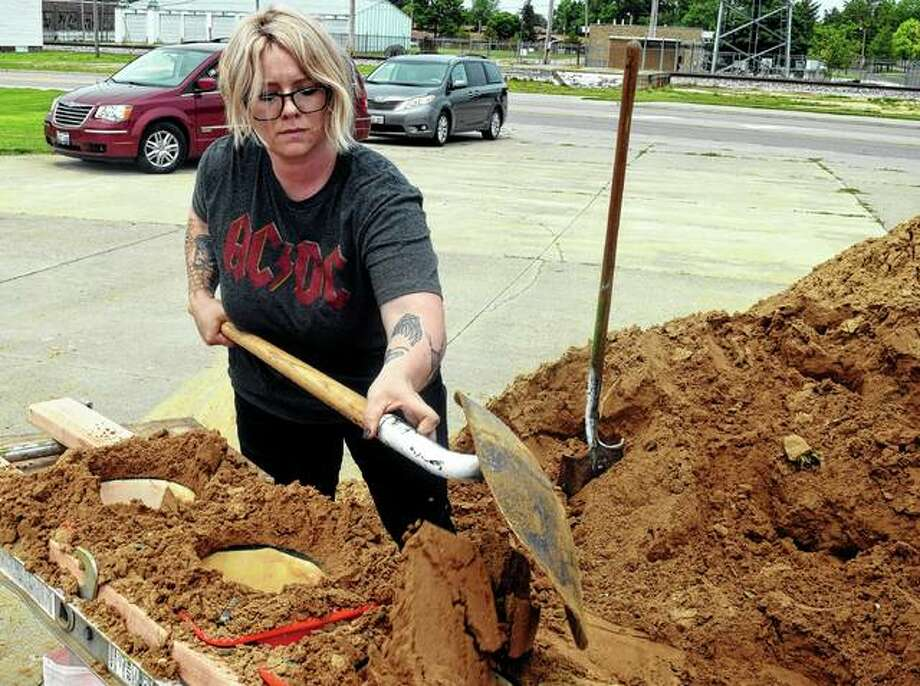 Jacksonville resident Nicole Riley works to fill sandbags Friday afternoon. Photo: Samantha McDaniel-Ogletree | Journal-Courier