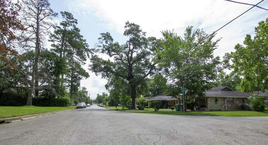 Cars line McCall Avenue near the intersection with Lester Street Friday, May 31, 2019 in Conroe. The Conroe city council is creating a downtown residential development plan focused on protecting homes in the uptown area of Conroe. Photo: Cody Bahn, Houston Chronicle / Staff Photographer / © 2018 Houston Chronicle