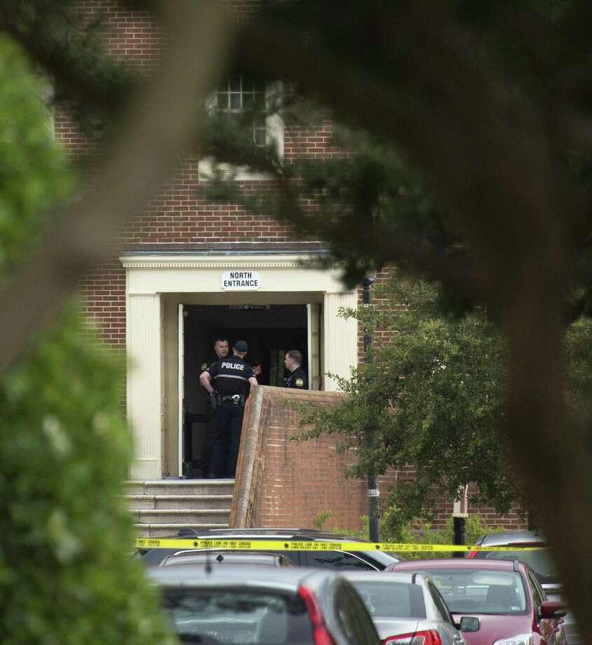 Oficiales de policía trabajan en el lugar donde 11 personas murieron y seis resultaron lesionadas durante un tiroteo en un edificio del gobierno local el viernes 31 de mayo de 2019. El agresor, un empleado del gobierno local, también murió. Photo: L. Todd Spencer /TNS / Virginian Pilot