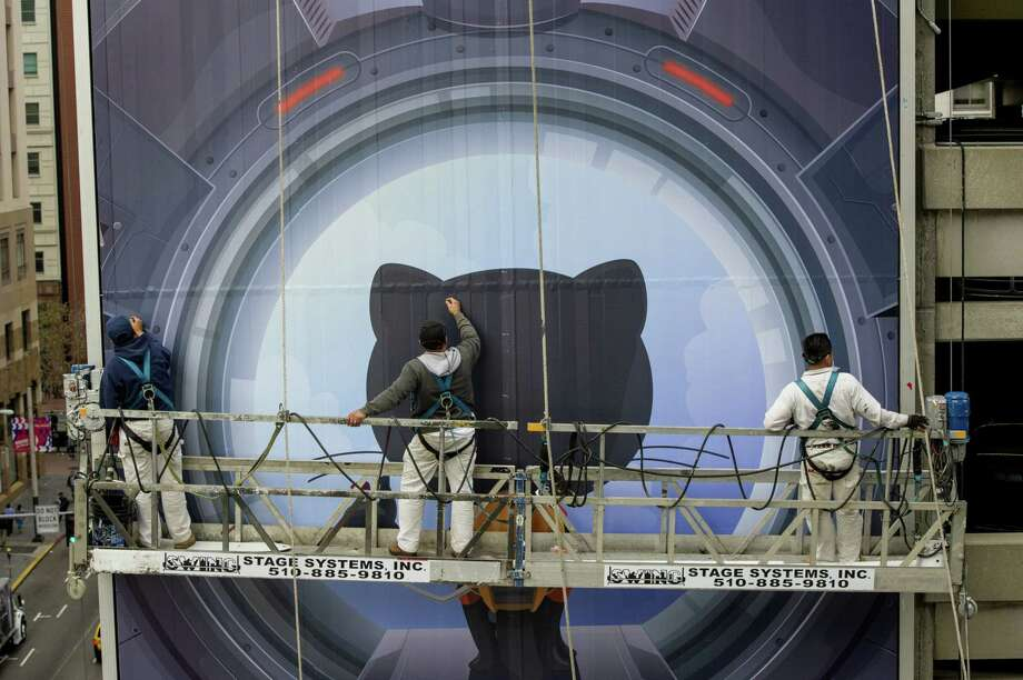 Workers install a billboard for GitHub in San Francisco on Nov. 11, 2014. Photo: Bloomberg Photo By David Paul Morris. / © 2014 Bloomberg Finance LP