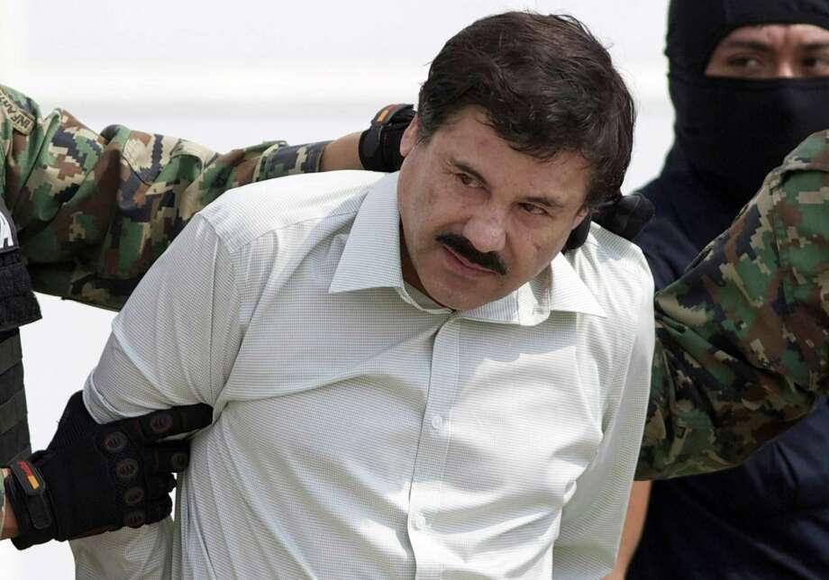 """Esta fotografía de archivo del 22 de febrero de 2014 muestra a Joaquín """"El Chapo"""" Guzmán, líder del cártel de Sinaloa en México, siendo escoltado a un helicóptero en la Ciudad de México tras su captura en la ciudad de Mazatlán. Photo: Eduardo Verdugo /Associated Press / Copyright 2019 The Associated Press. All rights reserved."""