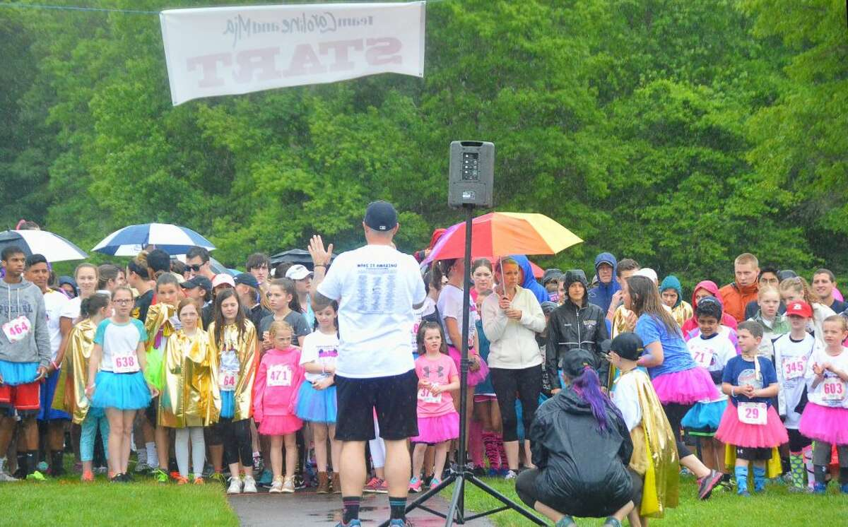 Coach Jim McCaffery gives final instructions to runners with family @ his side 2017 Tutu Trott