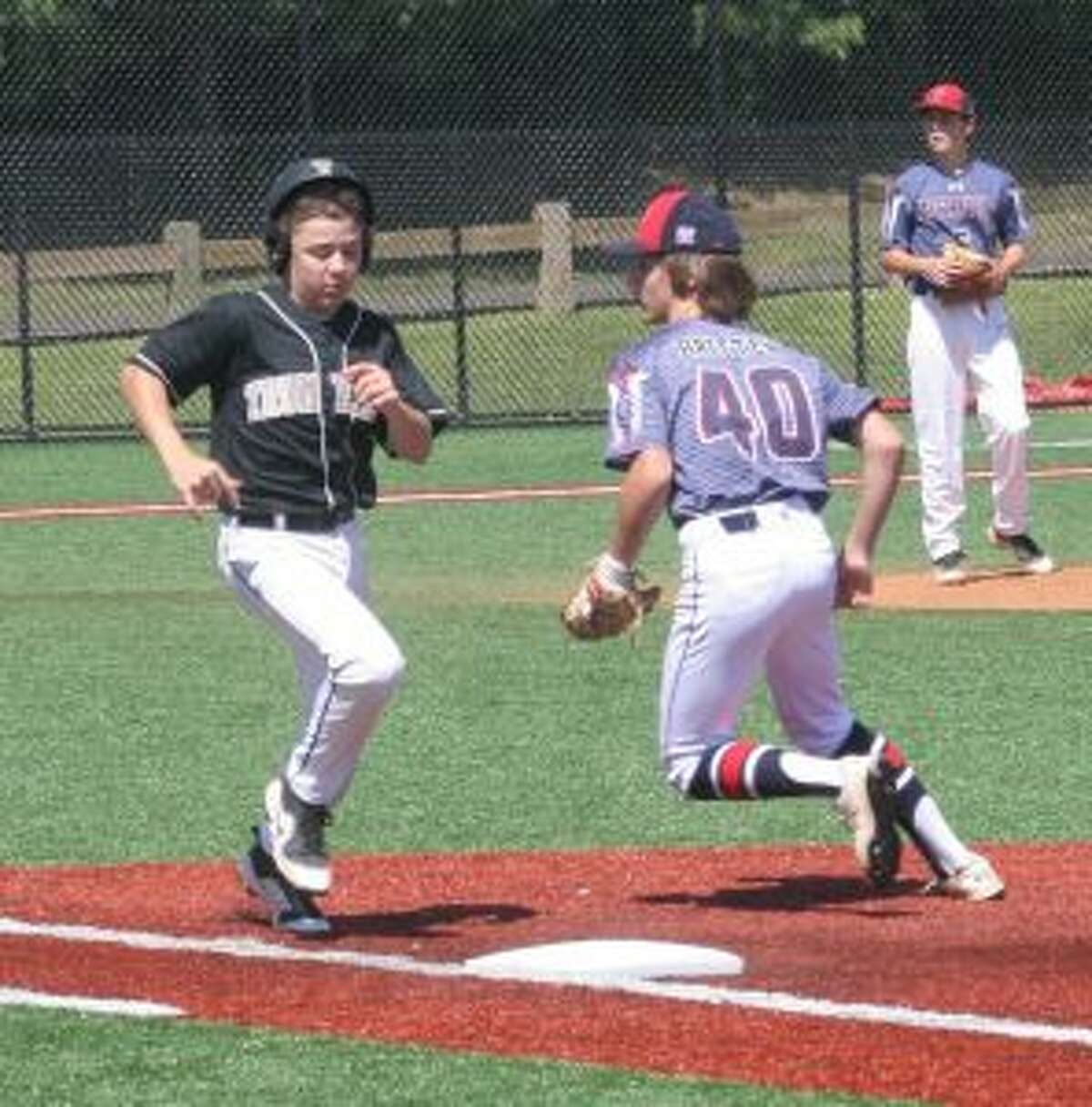 Eric Osterberg hustles down the line to reach base on a wide throw.