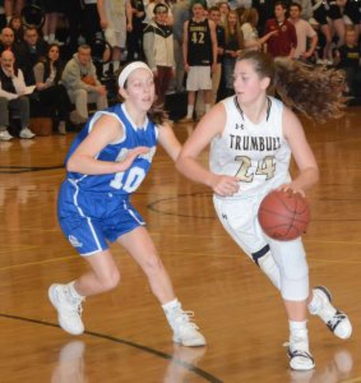 Cassi Barbato drives the ball to the basket.