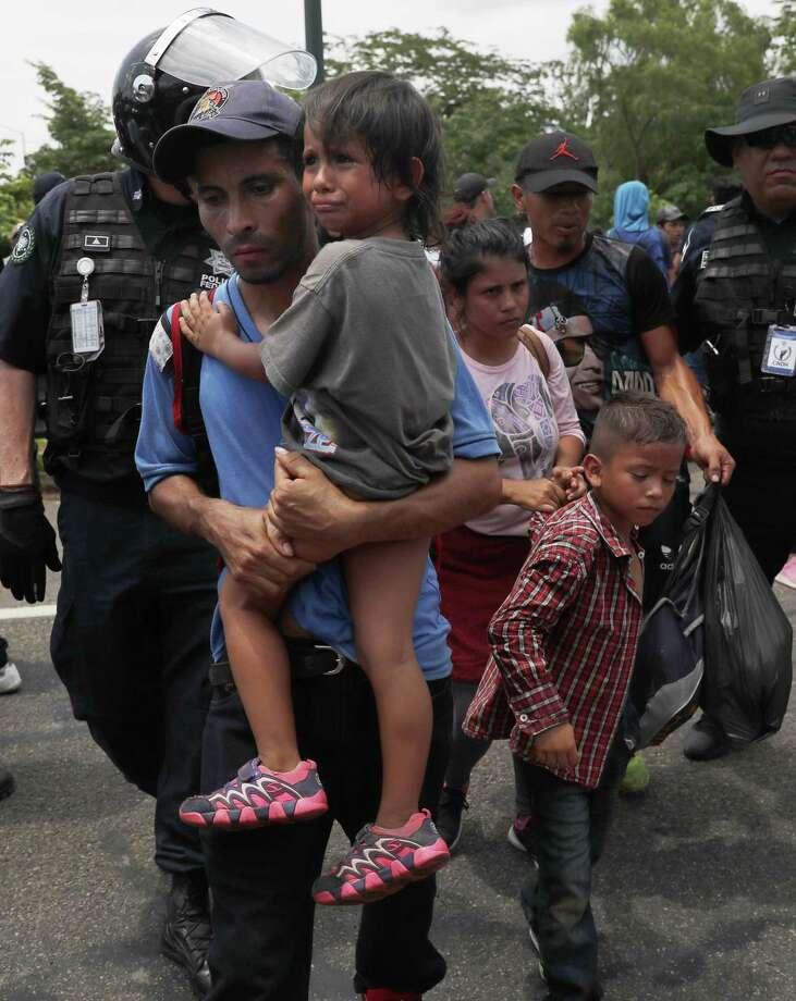 Migrantes son detenidos por autoridades mexicanas de inmigración durante una redada a una caravana migrante que habían cruzado recientemente la frontera México-Guatemala, el miércoles 5 de junio de 2019. Photo: Marco Ugarte /Associated Press / Copyright 2019 The Associated Press. All rights reserved.
