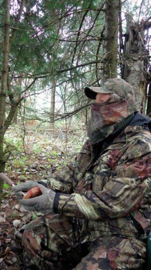BELOW, Jonesuses a slate call to lure wild gobblersinto shotgun range forthe writer. (Photos by Tom Lounsbury/Hearst Michigan)