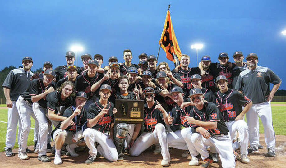 Edwardsville poses with the Class 4A Springfield Lincoln Land Super-Sectional championship plaque after defeating Chicago Marist on Monday in Springfield. Photo: Rick Brewer/For The Intelligencer