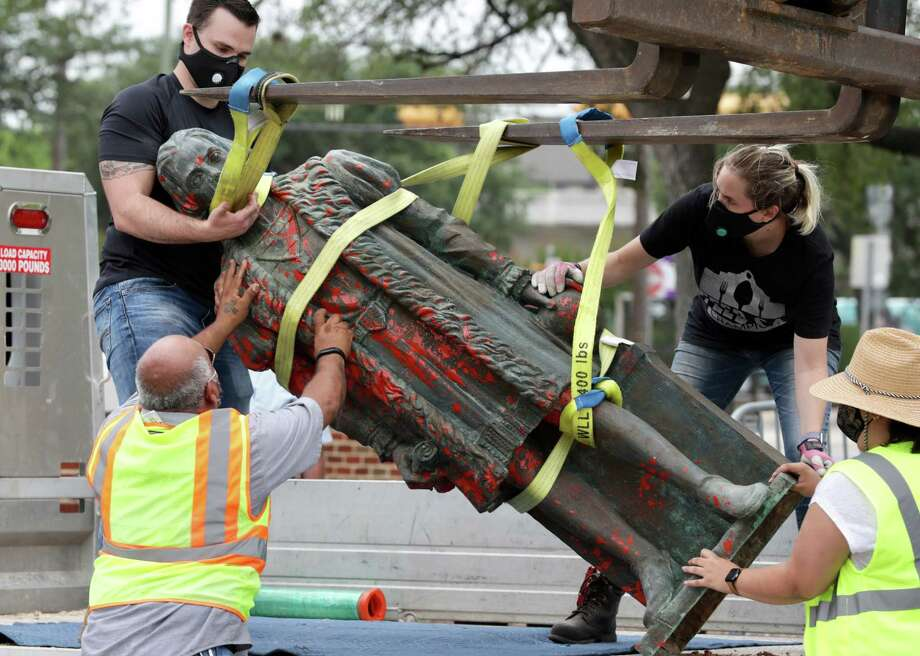 Workers remove the defaced statue of Christopher Columbus, on Wednesday , July 1, 2020. Photo: Bob Owen, San Antonio Express-News / San Antonio Express-News
