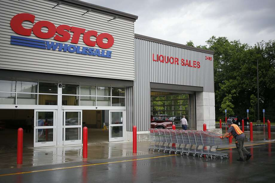 An employee pushes a line of shopping carts towards the entrance of a Costco Wholesale Corp. store in Louisville, Kentucky, U.S., on Wednesday, May 29, 2019. Costco is hoping to open another branch of its popular chain, this time in San Rafael. Photo: Luke Sharrett, Bloomberg