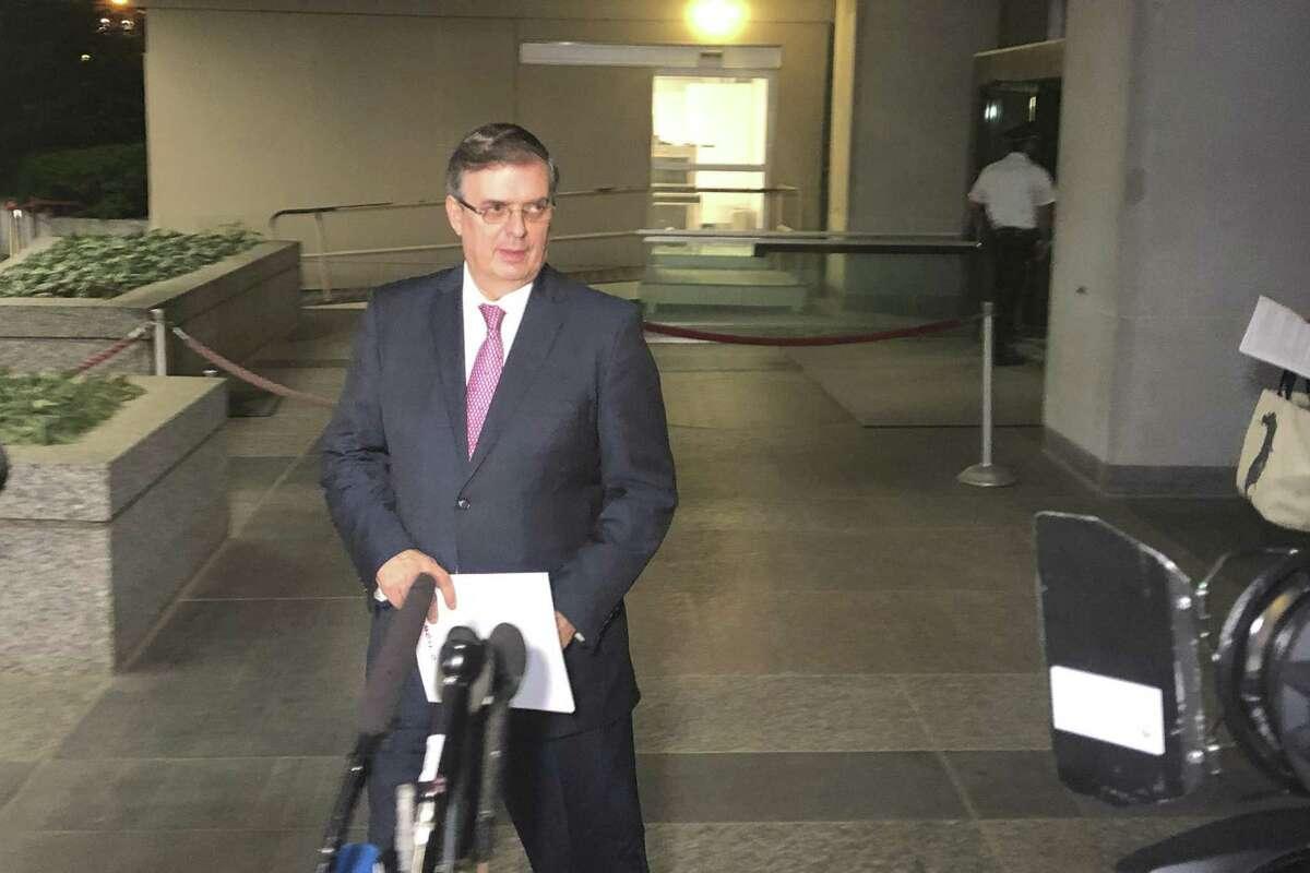 El secretario de Relaciones Exteriores de México, Marcelo Ebrard, se prepara para hablar con reporteros al abandonar el Departamento de Estado en Washington, el viernes 7 de junio de 2019.