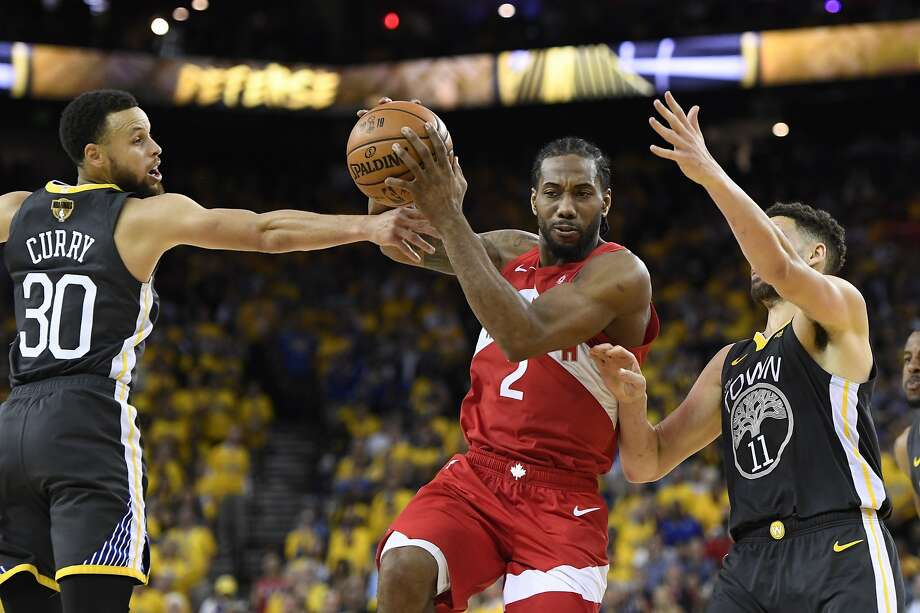 Toronto Raptors forward Kawhi Leonard (2) drives between Golden State Warriors guard Stephen Curry (30) and guard Klay Thompson (11) during the second half of Game 4 of basketball's NBA Finals, Friday, June 7, 2019, in Oakland, Calif. Photo: Frank Gunn, Associated Press