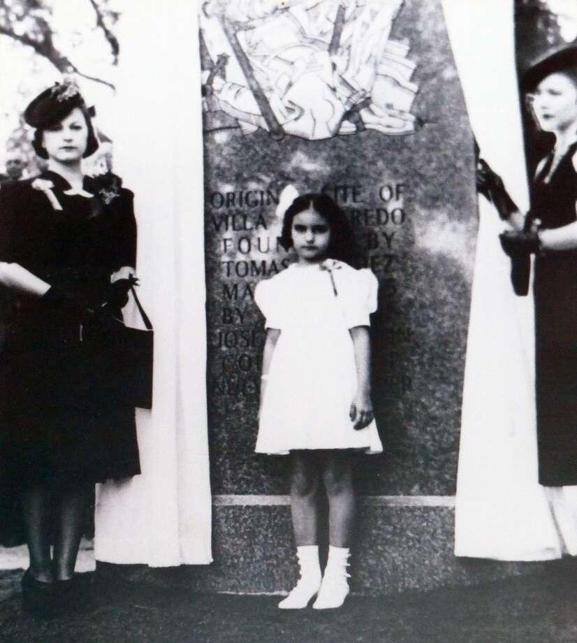 Estas tres descendientes de Tomás Sánchez participaron en la revelación de un monumento dedicado a la fundación de Laredo en 1936. Photo: Foto De Cortesía / Laredo Morning Times