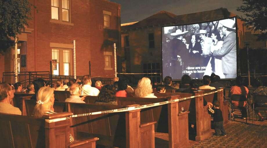 La imagen de archivo muestra el patio del Villa Antigua Border Heritage Museum donde se proyectan películas durante eventos especiales. Photo: Laredo Morning Times / Laredo Morning Times