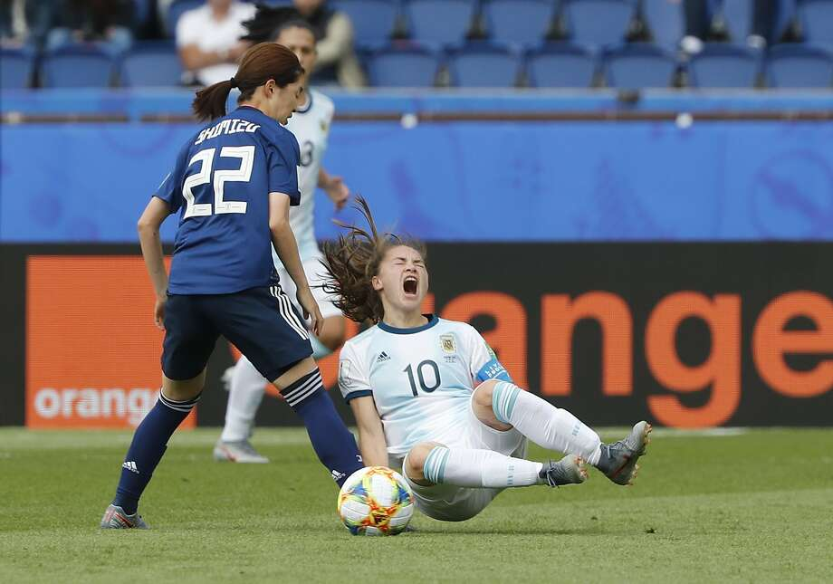 Japan's Risa Shimizu (left) and Argentina's Estefania Banini challenge for the ball during a 0-0 tie in World Cup Group D play. Photo: Thibault Camus / Associated Press