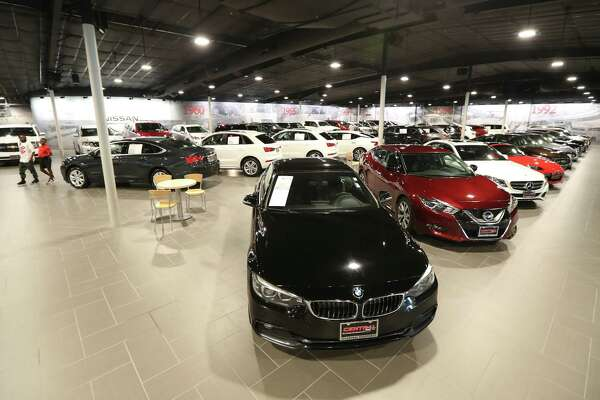 Houston Nissan Dealers >> Nation S Largest Nissan Dealership Woos Buyers With Amenities