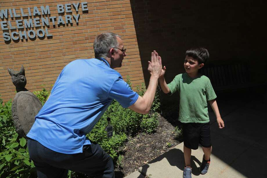 Beye Elementary school principal Jonathon Ellwanger with student Matias Best, 6, outside the school in Oak Park, Ill. on June, 7, 2019. (Antonio Perez/Chicago Tribune/TNS) Photo: Antonio Perez, MBR / TNS / Chicago Tribune