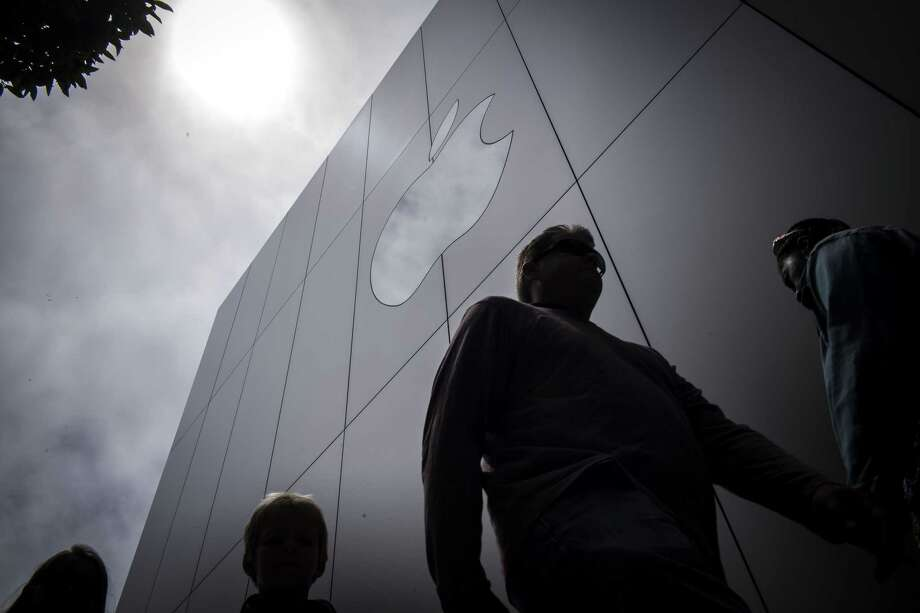 Pedestrians walk past an Apple store in San Francisco in August 2018. Photo: Bloomberg Photo By David Paul Morris. / Bloomberg