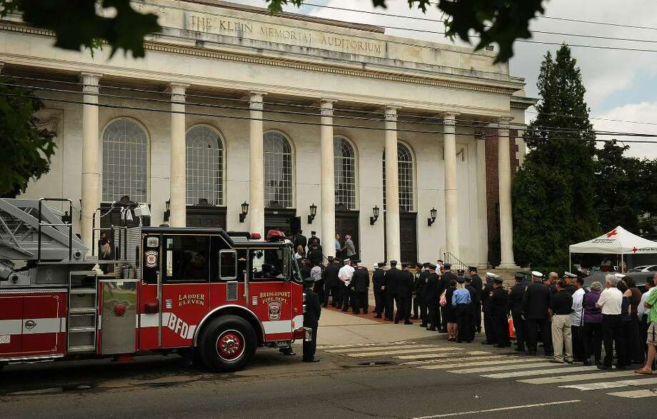A long line of mourners file in to the wake for Bridgeport Fire Lt. Steven Velasquez at the Klein Memorial Auditorium in Bridgeport on Thursday afternoon, July 29, 2010. Photo: Brian A. Pounds / Connecticut Post