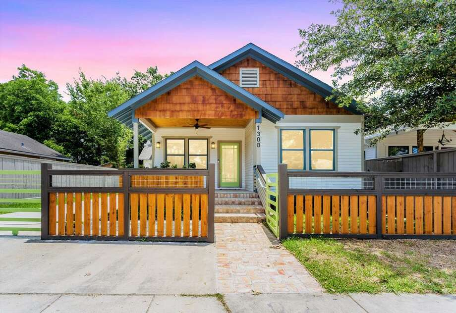 1. Heights/Greater HeightsAverage home prices:Single-family home: $525,000Townhome: $339,999Condo: $749,900>>>See what popular neighborhood venues, popular restaurants and parks are nearby...