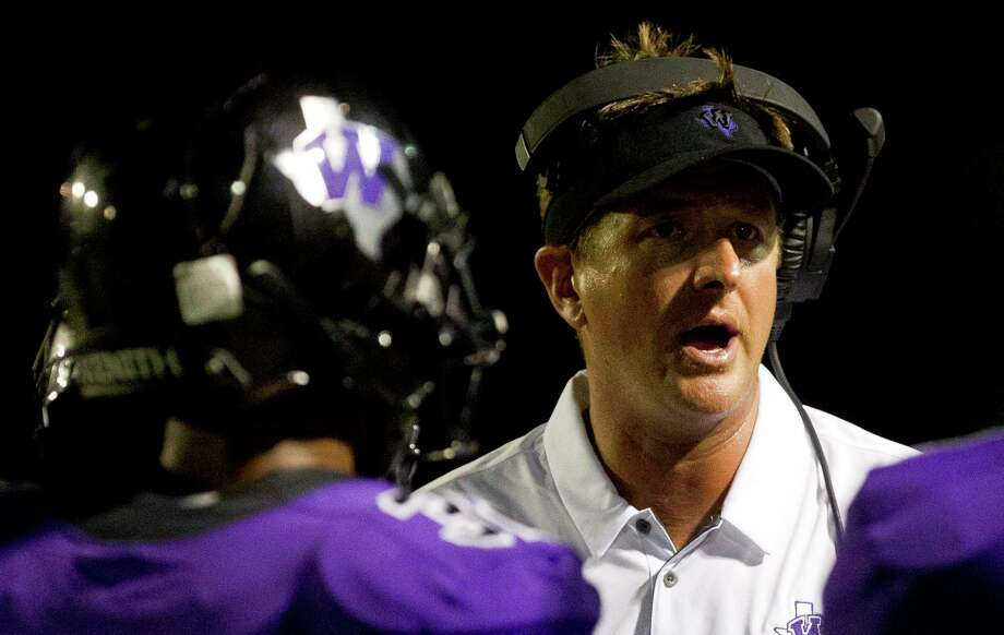 Willis head coach Michael Wall talks to his players during a game last fall. Wall is putting on the Piney Woods Passing Academy at Willis High School later this month. Photo: Jason Fochtman, Staff Photographer / Houston Chronicle / © 2018 Houston Chronicle