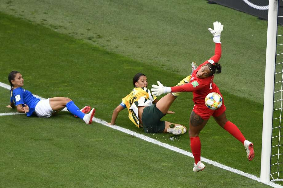 The ball gets past Brazil goalkeeper Barbara (right) during a 3-2 loss to Sam Kerr (center) and Australia on Thursday. Photo: Gerard Julien / AFP / Getty Images