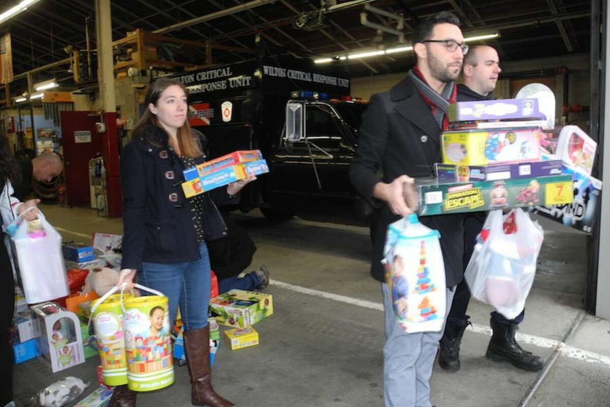 Taylor Keating, left, and Joey Mancuso Viscuso of Bright Horizons lend a hand.