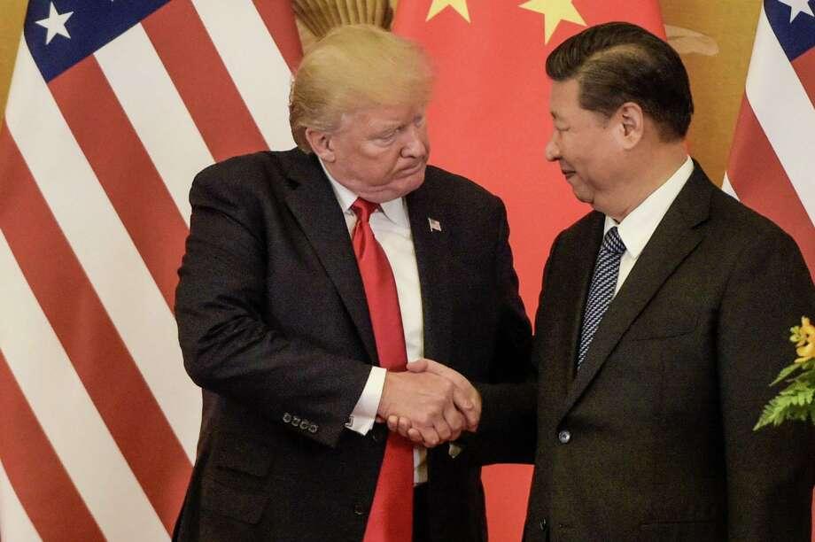 ARCHIVO— El presidente Donald Trump y el presidente de China Xi Jinping estrechan sus manos al final de una conferencia de prensa en el Gran Salón del Pueblo en Beijing, el 9 de noviembre de 20217. Photo: Fred Dufour /AFP /Getty Images / AFP or licensors