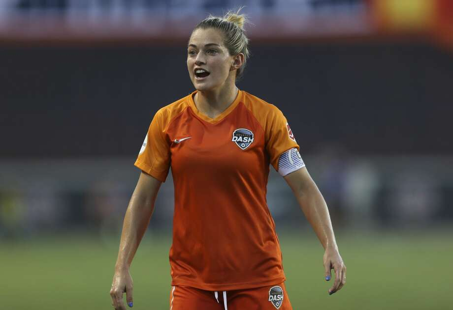 Houston Dash forward Kealia Ohai (7) talking to teammates during the first half of the NWSL game against the Orlando Pride at BBVA Stadium on Saturday, June 15, 2019, in Houston. Photo: Yi-Chin Lee/Staff Photographer