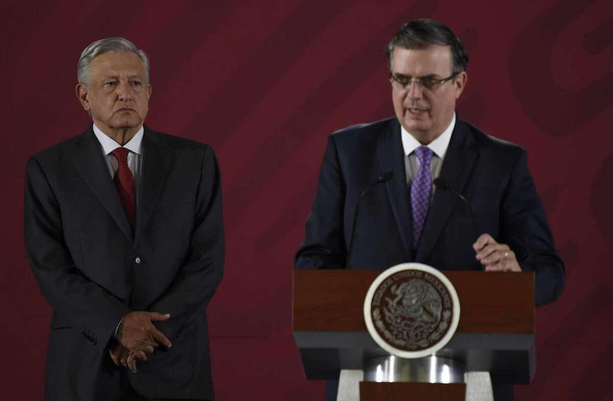 El Secretario de Relaciones Exteriores, Marcelo Ebrard, derecha, habla junto al presidente mexicano Andrés Manuel López Obrador, durante una conferencia de prensa en el Palacio Nacional el viernes 14 de junio de 2019.