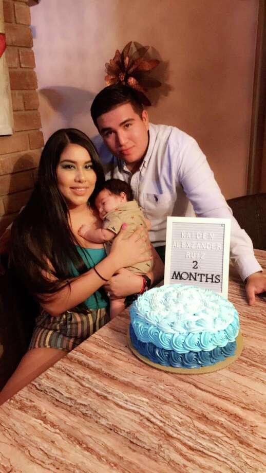 Kevin Ruiz y Kassandra De León posan junto a su pequeño hijo Kaiden Alexzander Ruiz. Photo: Foto De Cortesía