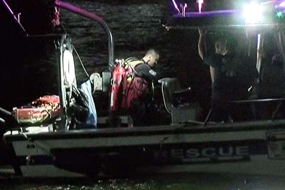 A search and rescovery diver prepares to jump in the waters of Lake Conroetotry and find the body of a Tomball man who drowned Saturday evening.