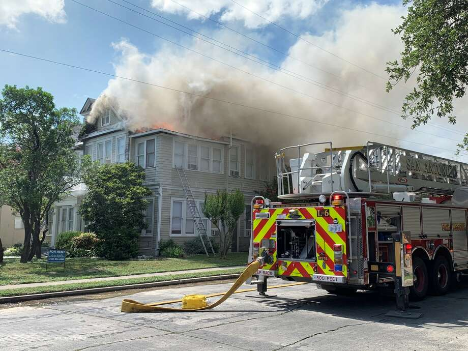 San Antonio firefighters battle an apartment fire Sunday afternoon, Sunday, June 16, 2019, in central San Antonio on the 300 block of Magnolia Avenue. Photo: Valeria Olivares