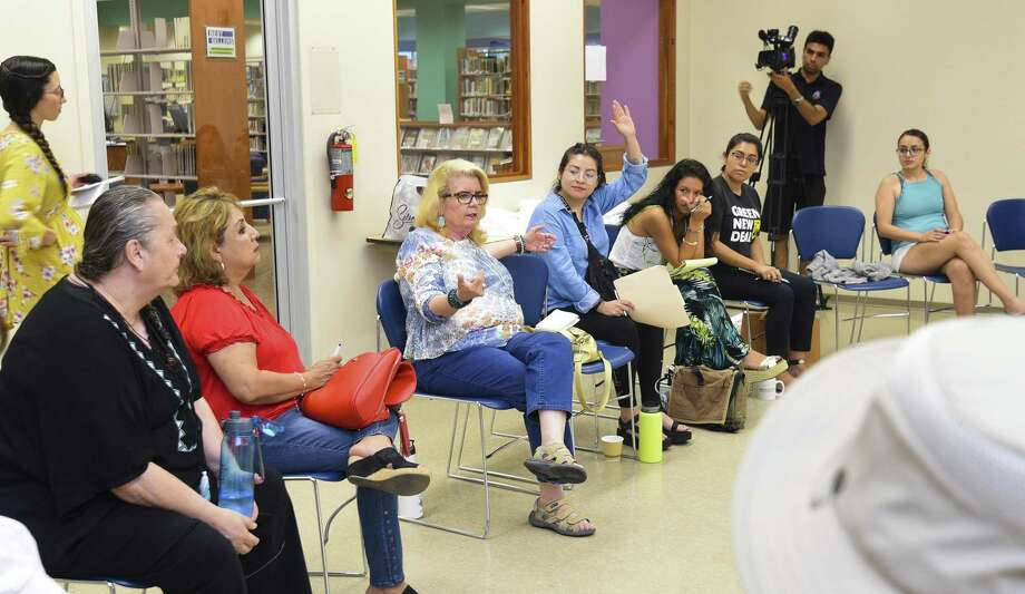 An Ecomadres meeting Saturday at the Joe A. Guerra Laredo Public Library addressed issues affecting the health of Latino children and families such as clean air, climate and toxins. Photo: Danny Zaragoza / Laredo Morning Times / Laredo Morning Times