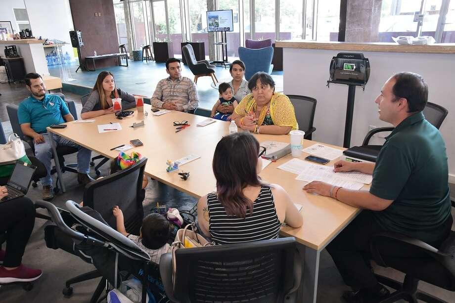 El presidente del consejo 22387 de LULAC Raúl Reyes, derecha, convocó una reunión con miembros de la comunidad para el establecimiento de un consejo LGBTQ de LULAC. El grupo se reunió el lunes 17 de junio de 2019 en MileOne. Photo: Cuate Santos /Laredo Morning Times / Laredo Morning Times