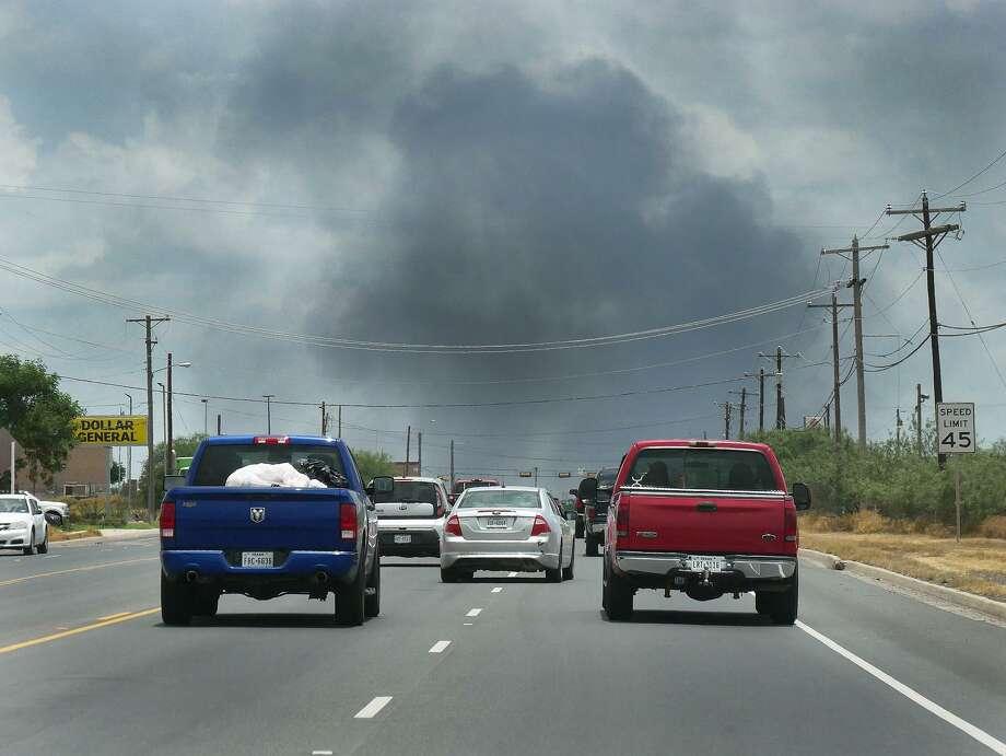 El cielo al este de Laredo estaba cubierto de humo mientras los bomberos combatían un gran incendio en la cuadra 7500 de la carretera Texas 359, el lunes 17 de junio de 2019. Photo: Cuate Santos /Laredo Morning Times / Laredo Morning Times