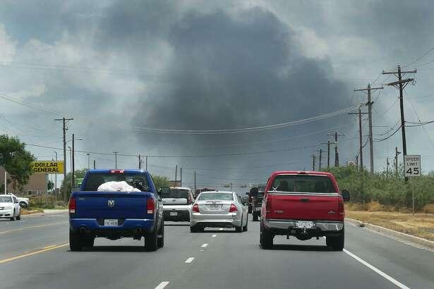 El cielo al este de Laredo estaba cubierto de humo mientras los bomberos combatían un gran incendio en la cuadra 7500 de la carretera Texas 359, el lunes 17 de junio de 2019.