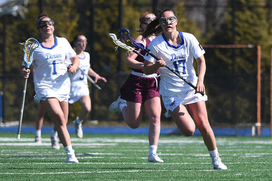 Darien's Sarah Jaques (17) races through the midfield during the Blue Wave's 19-4 win over Garden City, N.Y. on Saturday at DHS. — Dave Stewart/Hearst Connecticut Media photo