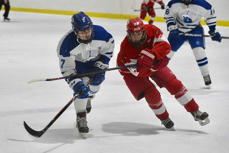 Darien's Sam Erickson (7) and Greenwich's Wes Zolin (27) mix it up during the FCIAC boys hockey semifinals at the Darien Ice House on Wednesday, Feb. 27. — Dave Stewart/Hearst Connecticut Media / Hearst Connecticut Media